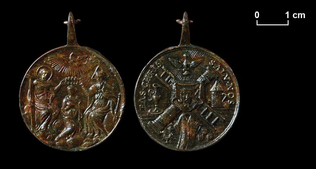 Medaille mit Krönung Mariens durch die Heilige Dreifaltigkeit. Die Darstellung der Arma Christi diente als Andachts- und Heilsbild, das unter anderem vor einem unvorbereiteten Tod schützen sollte.