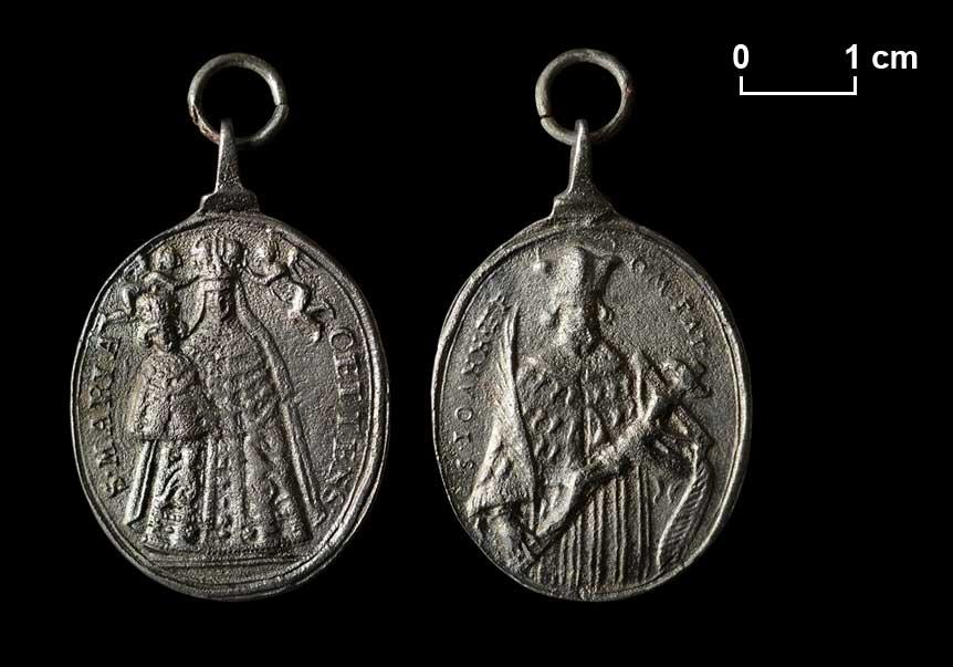 Wallfahrtsmedaille. Gnadenbild von Maria Zell und hl. Johannes von Nepomuk, der auch gegen üble Nachrede schützte.