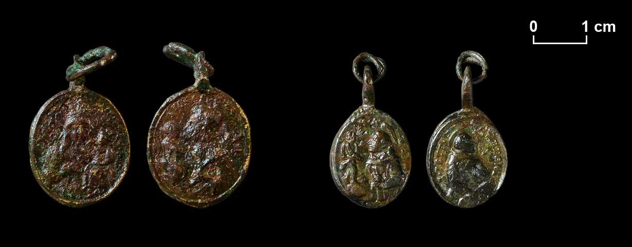 Links: Medaille. Maria mit Jesuskind auf der einen, hl. Josef auf der anderen Seite. Rechts: Medaille. Hl. Antonius von Padua, der als Helfer in allen Notlagen galt, und hl. Petrus Regalado.