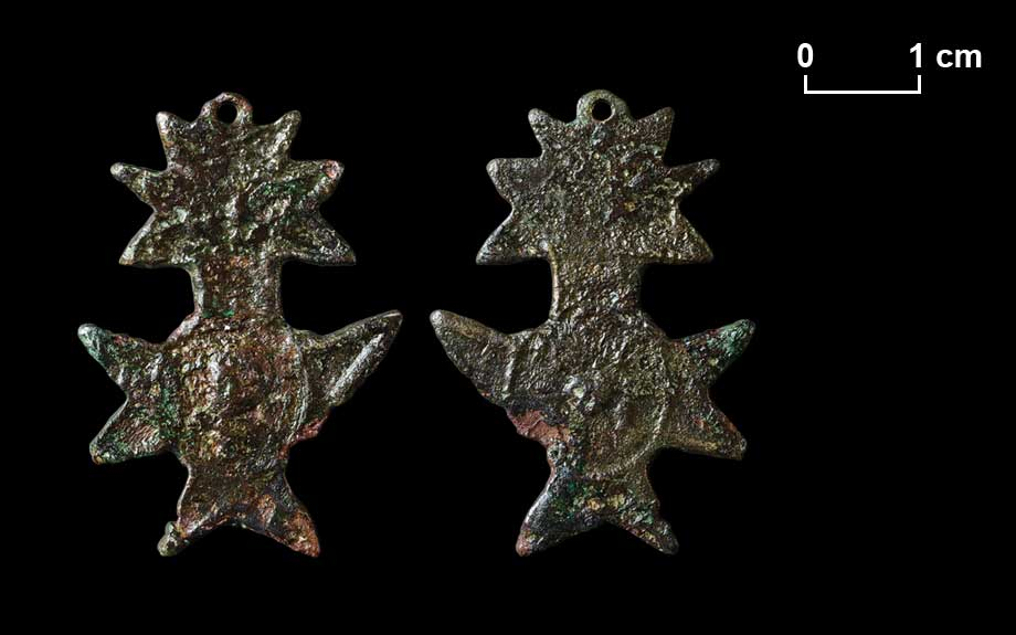 Anhänger. Auf einer Seite sind im ovalen Rahmen die Symbole der fünf Wunden Christi (Herz im Strahlenkranz, Füße, Hände) zu erkennen.