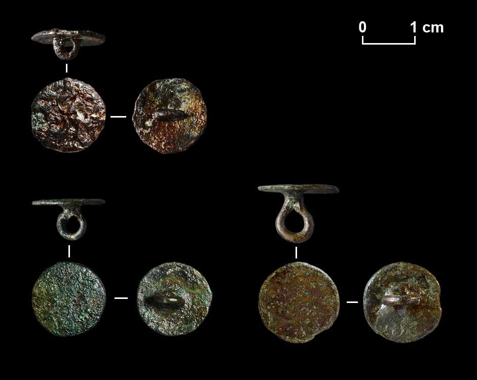 Verzierte und unverzierte Scheibenknöpfe aus Buntmetall.