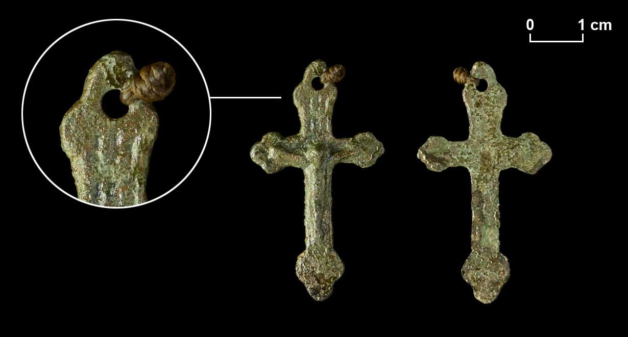 Ursprünglich an einer Lederschnur befestigtes Kreuz mit der Inschrift INRI. Die kleeblattförmigen Balkenenden stehen für die Dreifaltigkeit.
