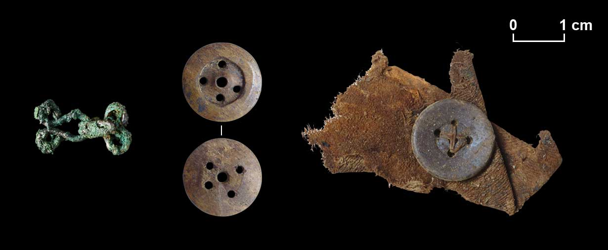 Links: Haken und Öse aus gebogenem Draht. Mitte: Beinknopf mit fünf Löchern. Rechts: Beinknopf auf Textilrest, das Mittelloch wurde beim Annähen ignoriert.