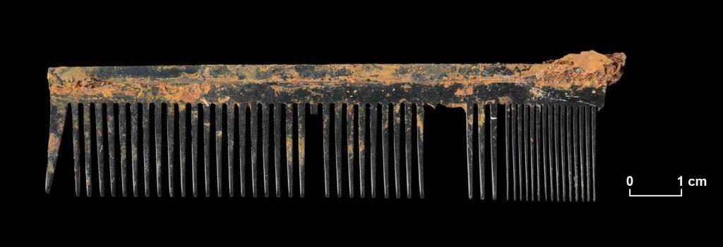 Frisierkamm aus Hartgummi mit groben und feinen Zinken. Ehemaliger Matzleinsdorfer Friedhof, Grab 3. Er ist im Bereich der feinen Zinken abgebrochen.