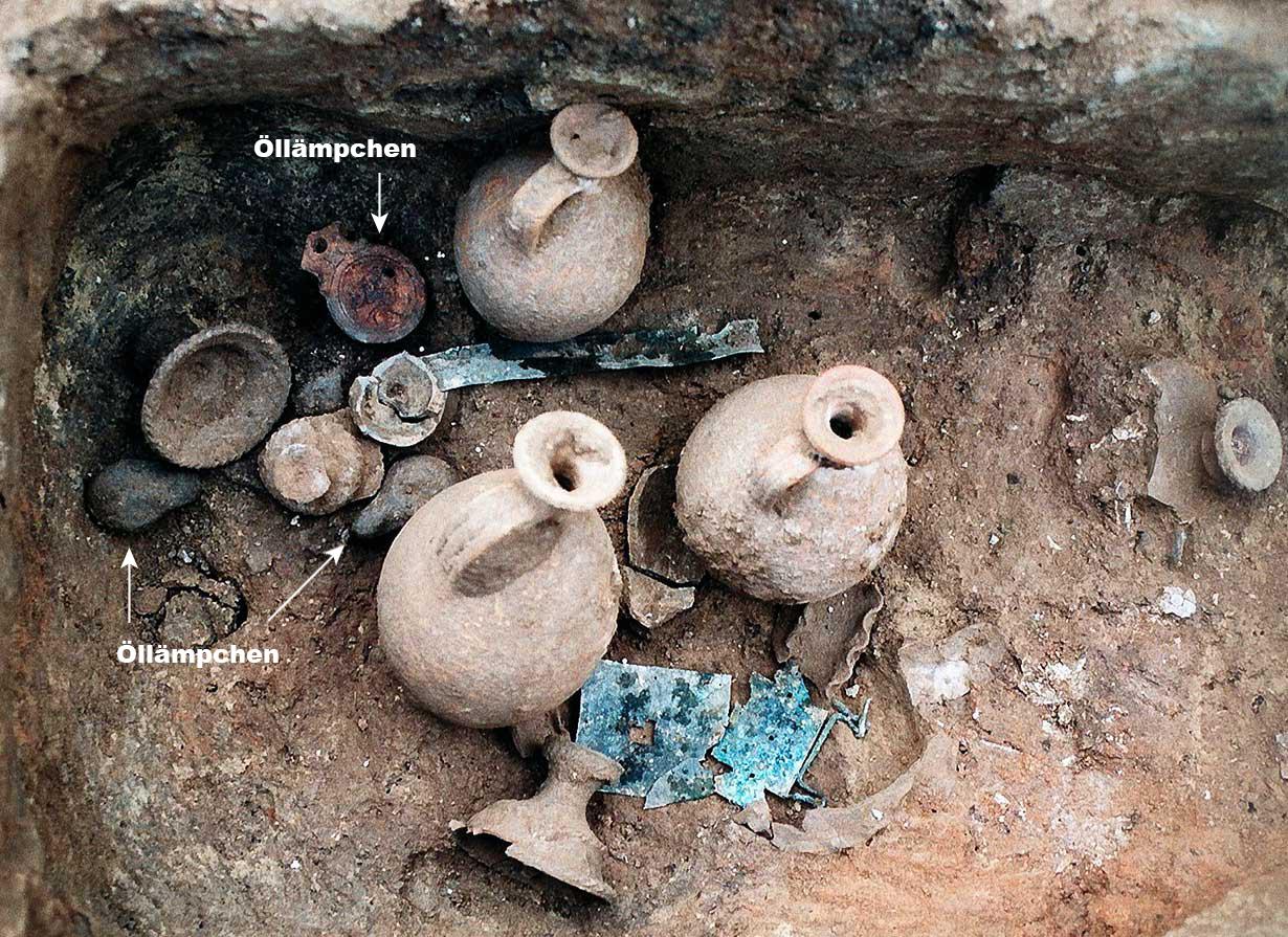 Detail des in der Klimschgasse 19 zutage gekommenen Grabes. Auch Öllämpchen zählten zu den während der Bestattungszeremonie in das Grab gestellten Gegenständen.