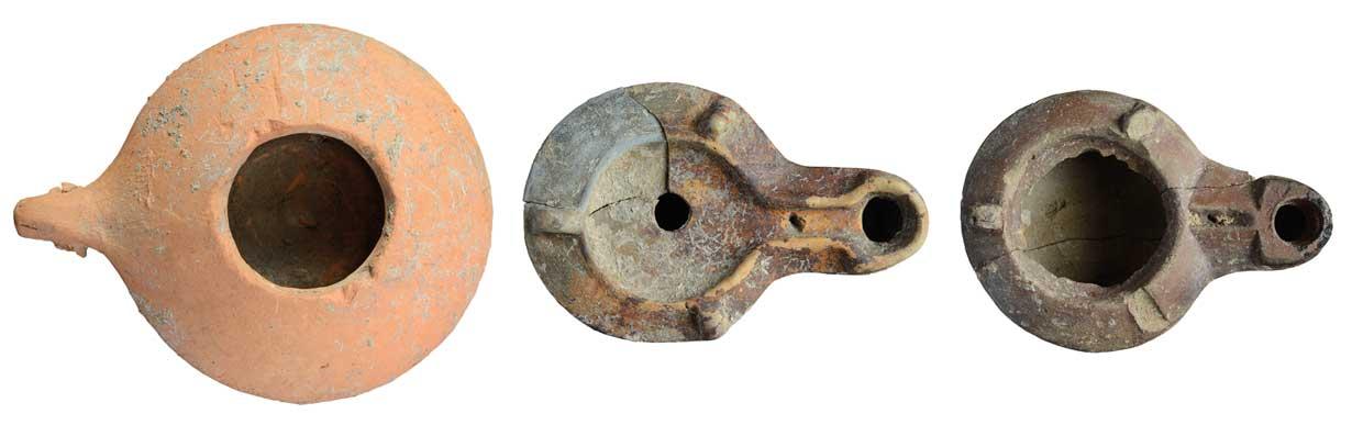 Tiegelförmige Lampen eignen sich auch für den Betrieb mit festen Brennstoffen wie Tiertalg. | Geschlossene Lampen konnte man nur mit Öl befüllen. | Die Deckplatte wurde nachträglich entfernt, um diese Lampe mit Tiertalg zu betreiben.