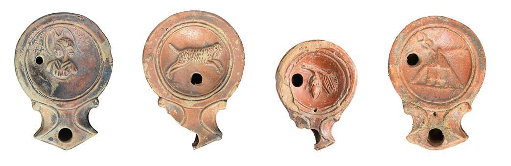 Bildlampen. In Vindobona waren vor allem Bildlampen mit breiter, eckiger Volutenschnauze gebräuchlich. Es handelt sich um die späteste Ausprägung dieses Typus mit einfachen Bildmotiven.