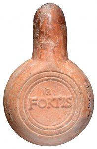 Stempel FORTIS am Boden einer Firmalampe.